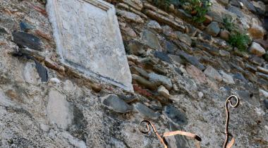 Placa commemorativa de la restauració del Rec, a la paret del Castell