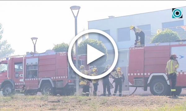 Un incendi de matolls provoca l'alarma entre els veïns de la zona del carrer de la Igualtat