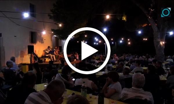 La plaça de l'ermita de Sant Pere viu la 7a Nit a la Fresca amb la música de Quim Salvat
