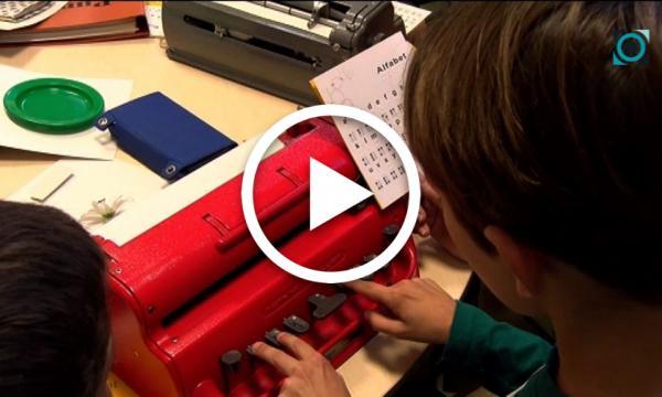 L'ONCE apropa l'abecedari Braille a alumnes de 4t de primària de l'escola Abel Ferrater