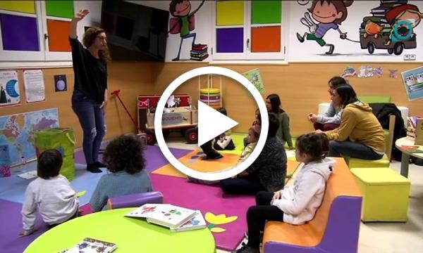 Rosana Andreu, bibliotecària de Cambrils, condueix la sessió de l'Hora del conte amb un recull de relats curts sobre animals