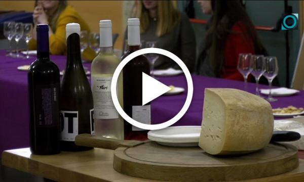 El Casal Jove acull un maridatge de vi i formatge amb productes de proximitat