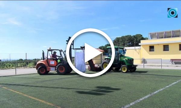 S'adequa la gespa artificial del camp de futbol i s'instal·len lletres i l'escut del club a la graderia