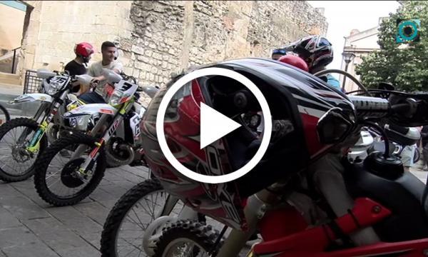 Bicicletes, motos, cotxes i tractors surten al carrer en la tradicional benedicció de Sant Cristòfor