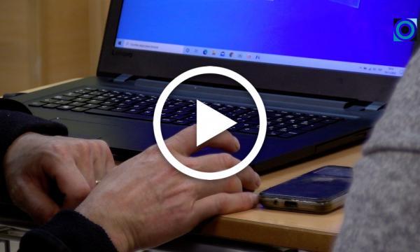 El curs per reduir l'escletxa digital tanca les sessions presencials i seguirà resolent els dubtes puntuals