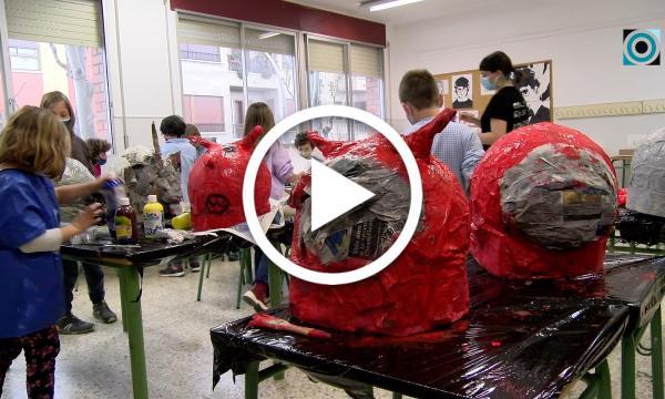 Els infants aboquen tota la seva creativitat amb el taller d'elaboració de capgrossos