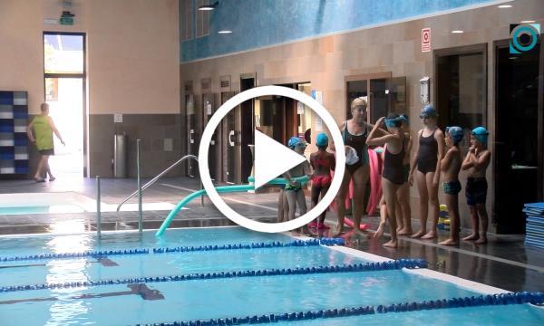 El curs intensiu d'estiu de natació facilita l'aprenentatge d'aquest esport a una setantena d'infants i joves